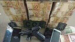Polícia encontra homem com arma e R$ 321 mil escondidos em sofá no litoral de SP