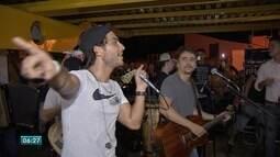 Bruninho e Davi fazem apresentação em terminal de ônibus de Campo Grande