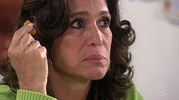 Clementina percebe tristeza de Maria do Carmo