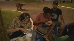 Aposentado arrecada alimentos e os distribui para ajudar moradores de rua em Joinville