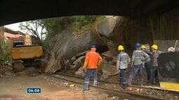 Pedra de 2 toneladas que rolou em Cobi de Baixo começa a ser retirada, no ES