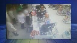 Criminosos usam máscaras durante assalto a farmácia em Itapetininga