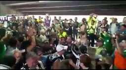 Torcedores do Atlético Nacional recebem botafoguenses com aplausos