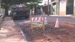 Caminhão dos bombeiros fica preso em buraco em Ribeirão Preto, SP