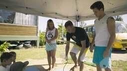 Klebber Toledo aprende a fazer uma prancha de surf com garrafas pet