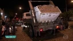 Polícia flagra caçambeiros descartando lixo em rua da Zona Sul de SP