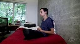 Jovem usa técnicas de meditação para aliviar a tensão antes do vestibular