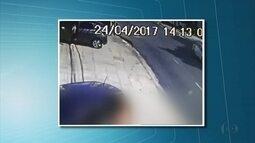 Câmeras mostram bandidos abordando motoristas