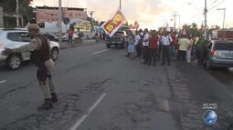 Grupo faz manifestação após a entrada de Lauro de Freiras, sentido Estrada do Coco