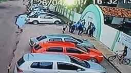 Vídeo mostra momento em que estudantes são assaltados por dupla armada, em Macapá