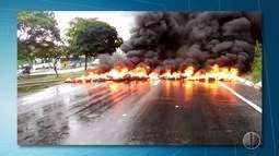 Manifestantes ateiam fogo em pneus e bloqueiam trecho da BR-101 na Zona Sul de Natal