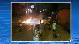 Moradores realizam protesto no bairro Caiucá, em Caruaru