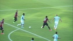 Denilson rouba a bola e chuta, mas Marquinho impede gol do Avaí, aos 36' do 1º tempo