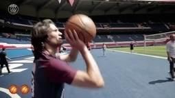 Cavani mostra habilidade no basquete e converte sete lances livres seguidos
