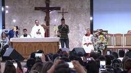 Familiares e fãs participam de missa em homenagem a Cristiano Araújo