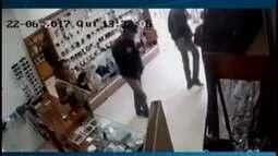 Assaltantes roubam joalheria em Papagaios e são filmados por câmeras de segurança