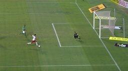 Wallyson ganha bola de Léo Sena e chega na cara do gol, aos 27 do 2º tempo