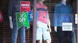 Comércio de Cachoeiro de Itapemirim promove liquidação de roupas de inverno, no ES