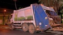 Garis e motoristas param serviço de coleta de lixo por falta de acordo