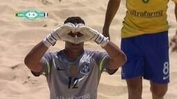 Goleiro brasileiro faz gol do meio campo contra França no Mundial de Futebol de Areia