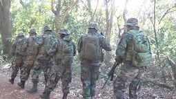 Policiais bolivianos fazem treinamento na mata em Campo Grande