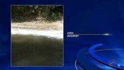 Espuma branca em rio chama a atenção de moradores em Itapetininga