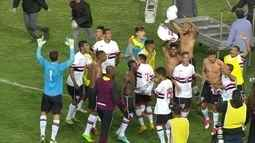 Jogadores do São Paulo fazem a festa em campo após a conquista do título da Taça BH