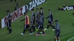 Sob protestos da torcida, jogadores do Figueirense deixam o campo após derrota para o Vila