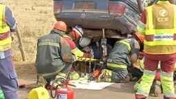 Bombeiros e socorristas simulam acidente durante treinamento na BR-163, em Campo Grande