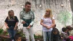 Moisés, do Palmeiras, visita projeto apoiado pelo Criança Esperança