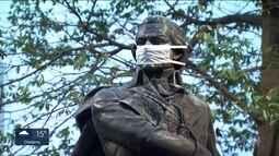 Onze estátuas da capital amanhecem com máscaras cirúrgicas