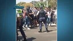 Estudantes protestam na W3 contra a falta de limpeza nas escolas