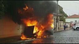 Carro tem pane elétrica e é destruído por incêndio em Cajuru, SP