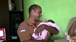 Bombeiro reencontra bebê que ajudou a salvar através do telefone