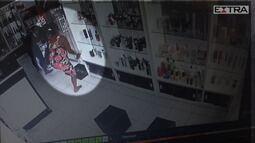 Câmeras flagram momento em que mulher furta produtos e coloca embaixo do vestido