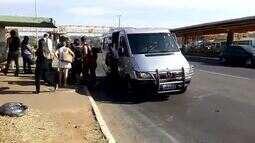Van com excesso de passageiros é apreendida por transporte pirata na EPIA, no DF