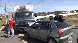 Idosa morre em acidente entre carro e caminhão no bairro de Stella Maris, em Salvador