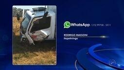 Duas pessoas ficam feridas em acidente que deixou frente de carro irreconhecível