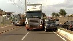 Acidente envolvendo carro e caminhão paralisa avenida de Campo Grande
