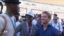 Mo Farah e Nico Rosberg aparecem juntos após o fim do GP do Japão de Fórmula 1