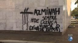 Monumento a Clériston Andrade é pichado em Salvador