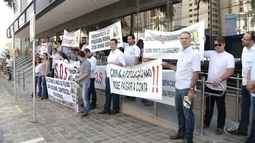Grupo protesta contra decisão da Caixa de reduzir crédito para financiamento de imóveis