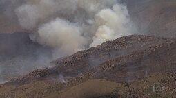 Incêndio atinge área de difícil acesso na Serra da Moeda, na Grande BH