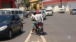 Motociclista é flagrado andando na contramão no bairro do Comércio
