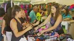 Visitantes aproveitam as novidades em roupas no Enaf, em Poços de Caldas (MG)