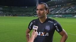 """Léo Gamalho após o empate com o Coxa; """"A gente precisa voltar para o campeonato"""""""