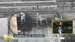 Caminhão bate em viaduto e uma pessoa é atingida