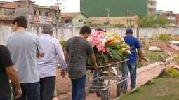 Mulher esfaqueada durante discussão de trânsito é enterrada em Rio das Ostras, no RJ