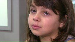 Menina com dores de ouvido pede ao papai Noel uma consulta com um médico