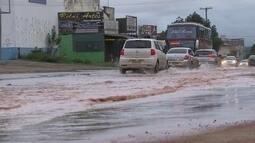 Cano estoura e deixa rua da QI 6 de Taguatinga com um rio de desperdício